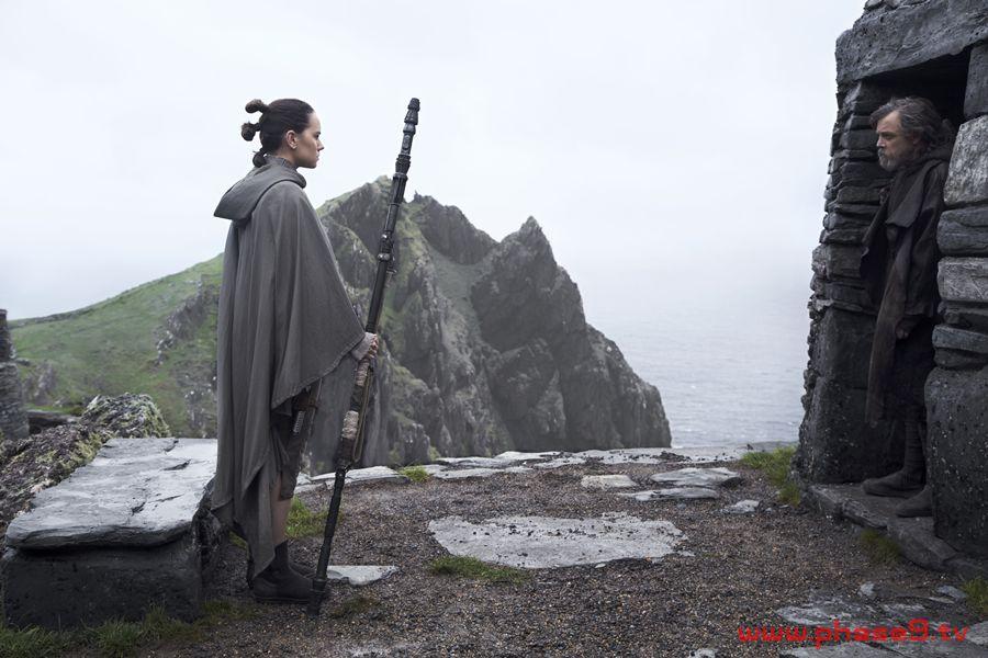 Star Wars The Last Jedi - Rey (Daisy Ridley) and Luke Skywalker (Mark Hamill)